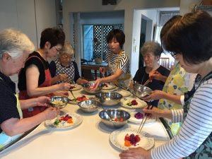 2019.7 健康ごはん塾 脳トレクッキング サラダ盛り付け中 かかや春日部 クッキングサロン 料理教室